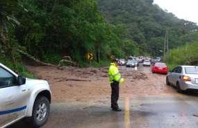 Deslizamientos de tierra obstaculizan varias carreteras del país. Foto: Cortesía