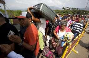 Venezolanos cruzar el Puente Internacional Simón Bolívar rumbo a la ciudad de Cúcuta, Colombia. Foto: AP.