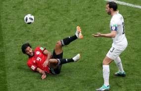Diego Godín de Uruguay y Marwan Mohsen de Egipto durante el primer partido que ambas selecciones jugaron en Rusia 2018. AFP
