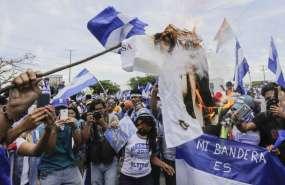Manifestantes exigieron la salida del presidente y su esposa, la vicepresidenta. Foto: AFP