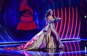 El mal momento que vivió Thalía en los Grammy Latinos. Foto: AFP