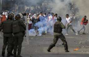 Antimotines se enfrentan a manifestantes opositores en Caracas. Foto: AFP