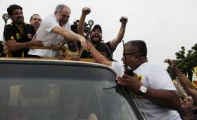 GUAYAQUIL, Ecuador.- El destituido expresidente Bucaram saludó a sus seguidores durante una caminata en el suburbio oeste de Guayaquil. Fotos: Marcos Pin/API.