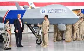 Mandatario inspeccionará el dron Predator que se usa para patrullar la región. Foto: AFP