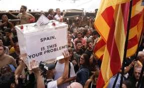 Manifestantes con caja simbólica. Foto: AFP