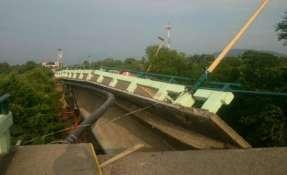 JUCHITÁN, México.- El puente de Asunción Ixtaltepec une a las poblaciones de Juchitán con Ixtepec. Foto: Twitter Policía Federal Mexicana.