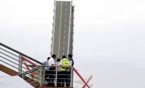 GUAYAQUIL, Ecuador.- El colapso del puente ocurrió cerca de las 16:00 del 12 de octubre de 2017. Las autoridades acudieron al sitio para evaluar los daños. Foto: API.