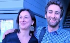 """""""Te queremos profundamente"""" publicó Matthew en su cuenta de Facebook con una fotografía junto a su madre. Foto: Matthew Caruana"""
