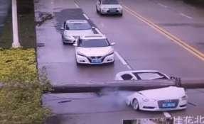Brazo de grúa cae y aplasta un vehículo donde solo iba el conductor. Foto: Captura