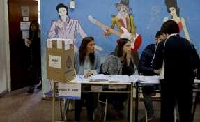 Una mujer presenta sus documentos para votar durante las elecciones legislativas de Argentina, en Buenos Aires el domingo 22 de octubre de 2017. Foto: AP