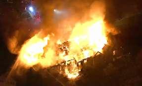 En esta imagen tomada de un video proporcionado por WPVI-TV, un enorme incendio arde en el Barclay Friends Senior Living Community en West Chester, Pensilvania. Foto: AP