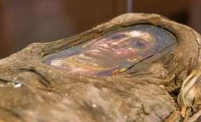 La momia tiene la imagen de una niña sobre el rostro.