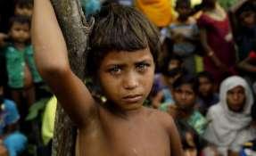 Una niña refugiada rohinyá junto a otros refugiados en Birmania.    Foto:AFP