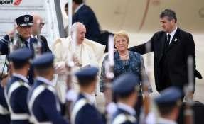 SANTIAGO, Chile.- El papa Francisco junto a la presidenta Michelle Bachelet a su arribo a la capital chilena. Foto: AFP.