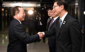 PANMUNJOM, Corea del Sur.- Autoridades de ambas Coreas acordaron que sus delegaciones deportivas desfilen juntas para la apertura de los Juegos de Invierno. Foto: AFP