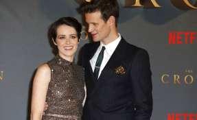 """Claire Foy, izquierda, y Matt Smith posan en estreno de segunda temporada de """"The Crown. Foto: AP."""