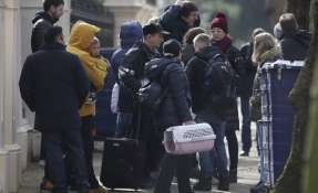 LONDRES, Reino Unido.- Funcionarios y sus familias abandonaron la embajada tras la expulsión del gobierno británico. Foto: AFP