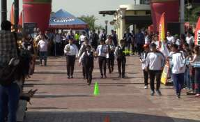 Jóvenes participaron en competencia para meseros. Foto: Captura de Videos.