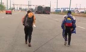 Venezolanos caminan, sin dinero, para llegar a su destino