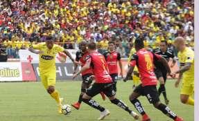 Michael Arroyo (i.) convirtió el gol del empate a través de un tiro penal. Foto: API