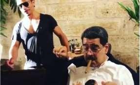También se lo ve recibiendo camisetas promocionales con la imagen del famoso chef.
