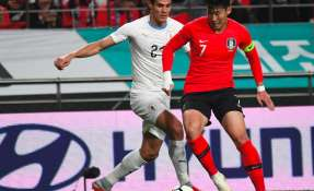 SEÚL, Corea del Sur.- Edison Cavani busca frenar al surcoreano Son Heung-min. Foto: AFP