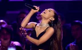 El tenso momento de Ariana Grande en pleno show. Foto: AFP