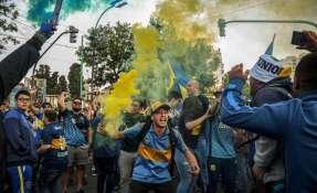 BUENOS AIRES, Argentina.- Cientos de hinchas de Boca despidieron a su equipo. Foto: AFP