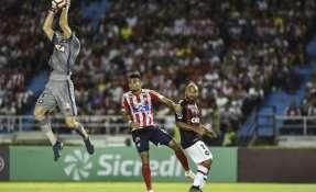 BARRANQUILLA, Colombia.- Los locales desperdiciaron una opción de gol al minuto 70 al fallar un cobro de penal. Foto: AFP