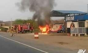 El vehículo estaba parqueado y en cuestión de segundos llamas consumieron el automotor. Foto: Captura.