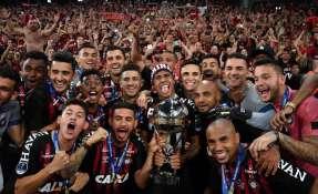 CURITIBA, Brasil.- Con el trofeo, los brasileños se llevan además un boleto para la próxima Libertadores. Foto: AFP