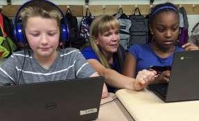 La profesora Heather Dalton orienta a sus alumnos sobre problemas de matemáticas. Foto: AP