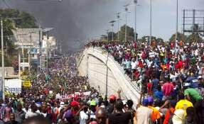 Los manifestantes protestan por la alta inflación y el fracaso del gobierno. Foto: AP