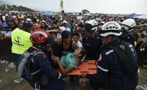 """CÚCUTA, Colombia.- Una mujer es evacuada después de colapsar durante el """"Venezuela Aid Live"""". Foto: AFP."""