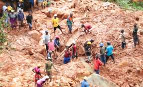 HARARE, Zimbabue.- Una familia ayuda a excavar para localizar a un hijo que fue sepultado en el lodo