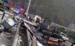 El conductor de un camión que transportaba sal se volcó. Foto: Twitter