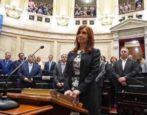 La expresidenta argentina y senadora de Buenos Aires Cristina Fernández de Kirchner sonriendo durante la ceremonia de investidura en la que prestó juramento para un nuevo mandato como senadora en el Congreso en Buenos Aires, el 29 de noviembre. 2017. Foto: AFP