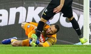 El arquero sufrió un golpe en la cabeza y se desvaneció en el duelo ante Udinese. Foto: Carlo Hermann / AFP