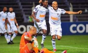 Juan Cazares (i.) fue figura en el encuentro que el Mineiro venció 2-0 al D. Sporting. Foto: DANTE FERNANDEZ / AFP