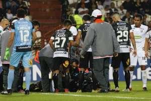 Jorge Aguilar, de Deportivo Santaní, salió en ambulancia tras un golpe en la cabeza. Foto: JOHN BONILLA / AFP