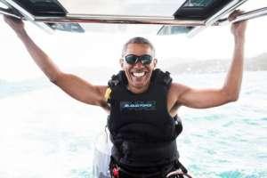 Barack Obama, es retratado durante una sesión de kitesurf con el multimillonario británico Richard Branson, Islas Vírgenes Británicas en el Caribe. 7 de febrero del 2017.