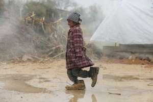 Una niña desplazada siria camina en un campo de refugiados en la región oriental de Ghouta, en las afueras de la capital, Damasco, el 8 de febrero de 2017.