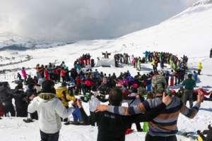El padre libanés Christian Maronite, dirige una misa en las pistas de esquí de los Cedros, celebrando la Fiesta de San Maron el 9 de febrero de 2017.