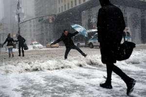 Personas soportan la tormenta del invierno que afectó a Nueva York el 9 de febrero de 2017.