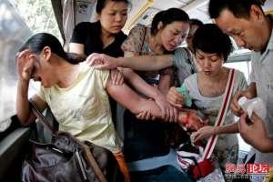 Pasajeros de transporte público intentan rescatar a mujer que intentó cometer suicidio cortándose la muñeca