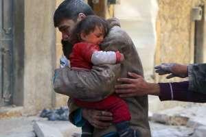 Un niño es rescata a su hermanita de revuelta Siria