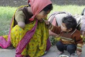 Niño de dos años alimenta a su madre discapacitada
