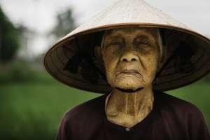 Campesino de campos de arroz en pequeña villa en Vietnam