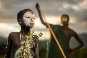 Un chico de la tribu nómade Suri de Etiopía, en pintura corporal tradicional Iowa couple of 72 years finally gets married