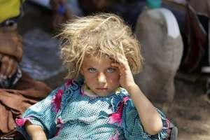 Niña de la minoría Yazidi, descansa en la frontera Siria